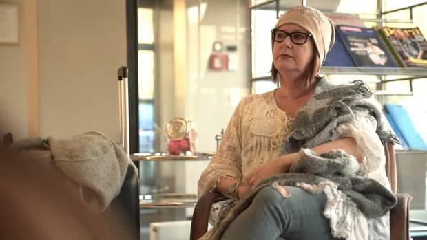 """""""37°: Mein stiller Freund - Wenn Frauen trinken"""": Claudia sitzt in einem Wartebereich auf einem Stuhl"""