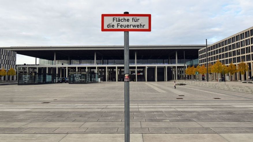 Image 1 of 22 of the photo gallery to click. In between there are no more weeds growing there: the almost deserted Willy-Brandt-Platz in front of the airport building in mid-October.