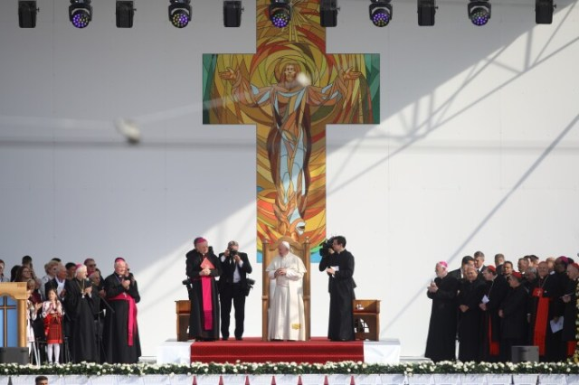 Papa Francisc, întâmpinat de zeci de mii de pelerini la Iași