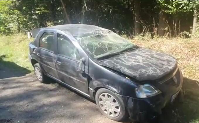 O mașină s-a răsturnat după ce un șofer de 63 de ani ar fi depășit periculos un alt autoturism