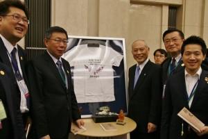 東京都知事舛添要一和台北市長柯文哲特別在台灣「甘溫」的T恤前合影,舛添也順口地說了幾聲「甘溫」台灣