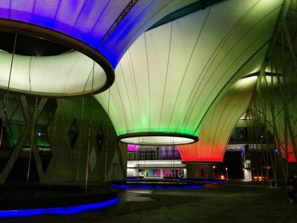 111109 鳳山-大東文化藝術中心 大漏斗造型點上燈更吸睛