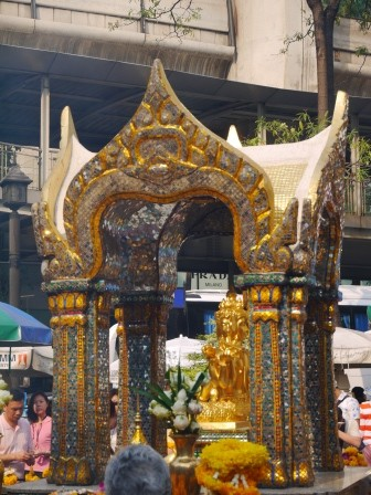1377181206-4111318851-e1438661778213 Bangkok-四面佛Erawan Shrine曼谷必拜
