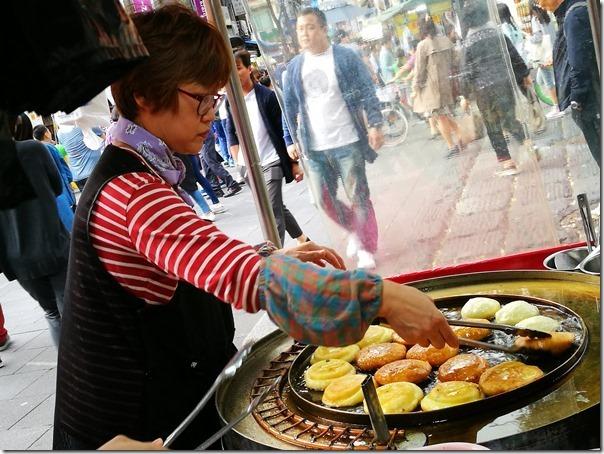 koreansugercake5_thumb Seoul-首爾街頭小吃糖餅 外酥內甜 天冷好夥伴