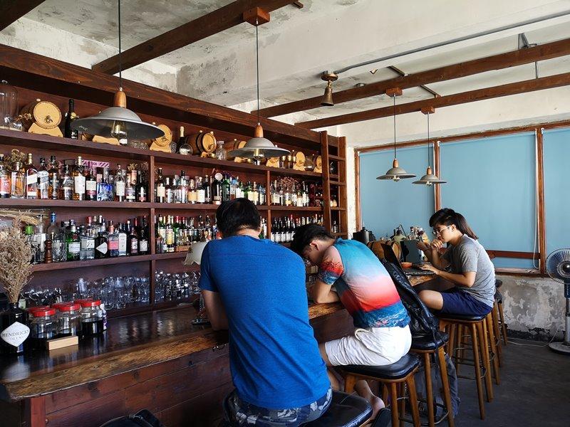 glow14 中壢-小舊閣樓 斑駁老屋文青河景咖啡館 晚上來則是閃亮的酒吧