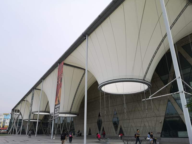 datong01 鳳山-大東文化藝術中心 大漏斗造型點上燈更吸睛