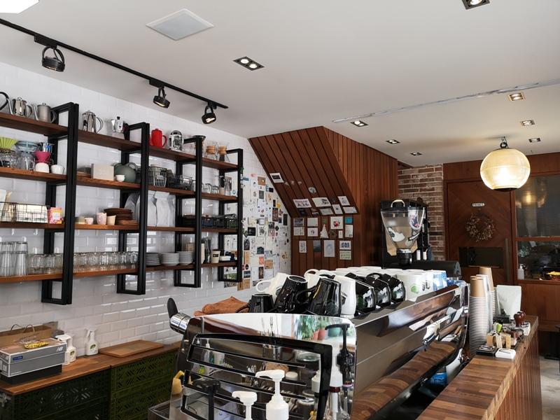 hausinc07 台中北區-HAUSINC CAFE簡約現代明亮舒適 一杯咖啡飲春光