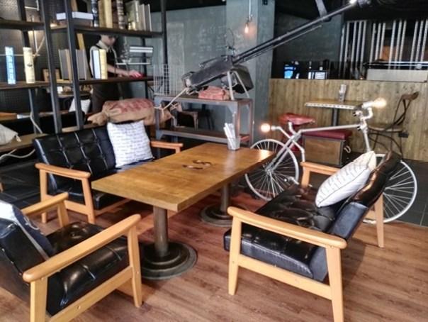 cafe17 苓雅-麓琦咖啡道館 科技工業風當道 愛因斯坦也坐鎮