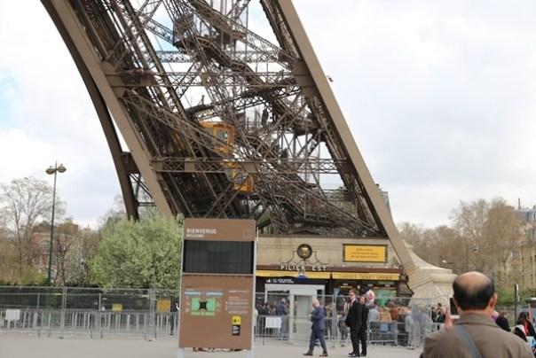 eiffle11 Paris-巴黎艾菲爾鐵塔La Tour Eiffel 藍天白雲綠地完美襯托優雅鐵塔