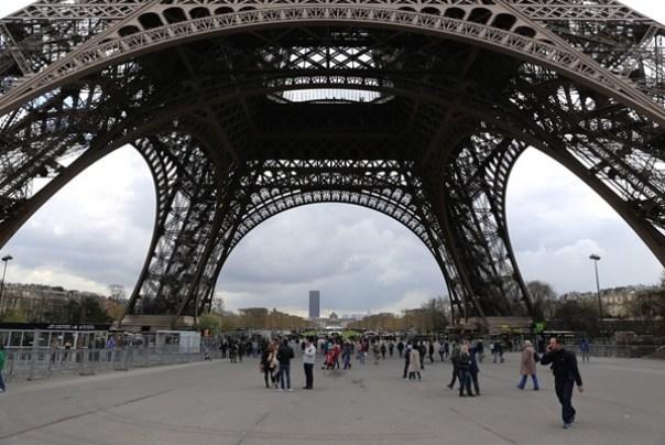 eiffle17 Paris-巴黎艾菲爾鐵塔La Tour Eiffel 藍天白雲綠地完美襯托優雅鐵塔