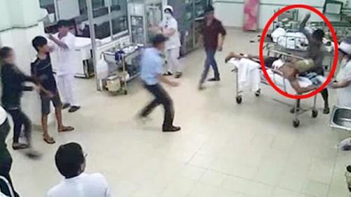 Hàng loạt vụ người nhà hành hung bác sỹ gây chấn động dư luận