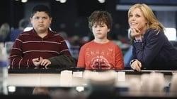 Watch Good Cop, Bad Dog - TV Series Modern Family (2009) Season 2 Episode 22