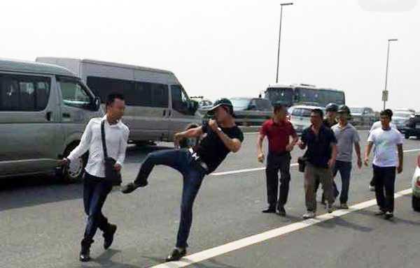 Phóng viên Quang Thế (áo trắng) bị một nhóm người hành hung khi tác nghiệp.