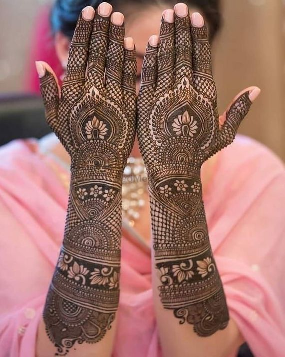 Many of you would be jewellery lovers who just cannot leave their place without accessorizing. Photo Of Intricate Traditional Back Hand Mehndi Design
