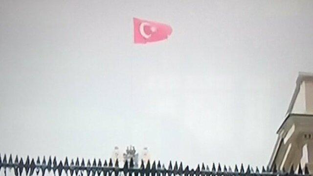 Başkonsolosluk binasında Hollanda bayrağının yerine Türk bayrağı çekildi.