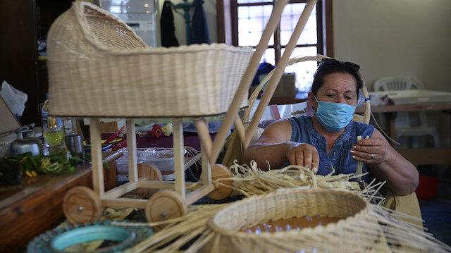 تركيا.. نساء يبدعن في تحويل أوراق الذرة لمنتجات يدوية