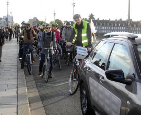 Renversée sur le pont Royal à Orléans, une cycliste interpelle l'AgglO