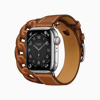 Apple Watch Hermès Gourmette Double Tour 以 Fauve Barénia 皮革展示。
