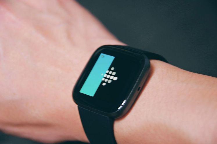 開箱 FITBIT VERSA 2 智能運動手錶-行動支付與健康管理一錶到位!