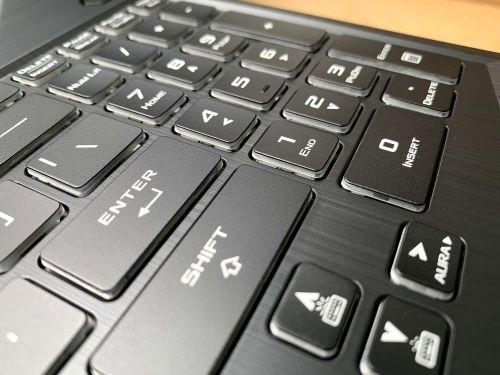 鍵盤布局採用類桌機鍵盤設計