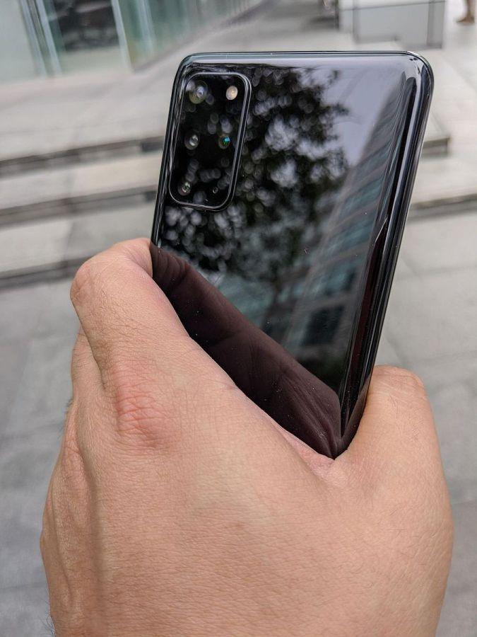 Galaxy S20+ 單手握持
