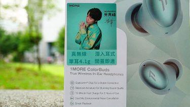 貼著產品代言人吳青峰肖像貼紙