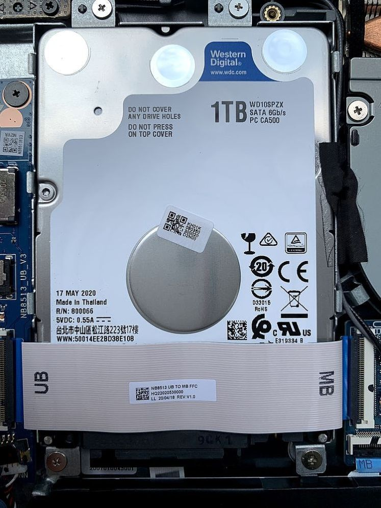 內有2.5吋硬碟空間,原廠採用WD 1TB硬碟