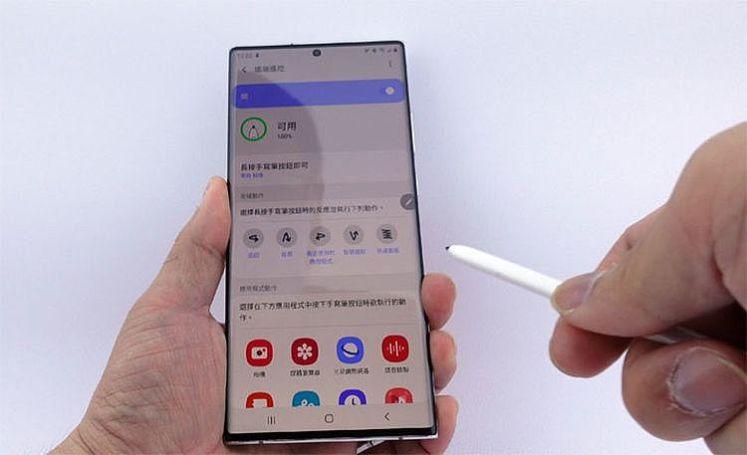 透過按住 S Pen 筆鈕的方式,再揮動不同的手勢,即可啟動多種不同功能