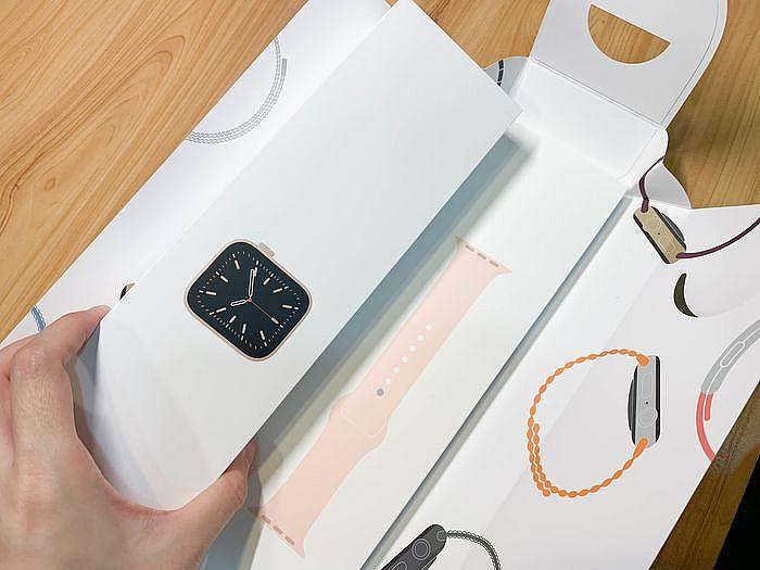 左方是「手錶盒」,右方是「錶帶盒」
