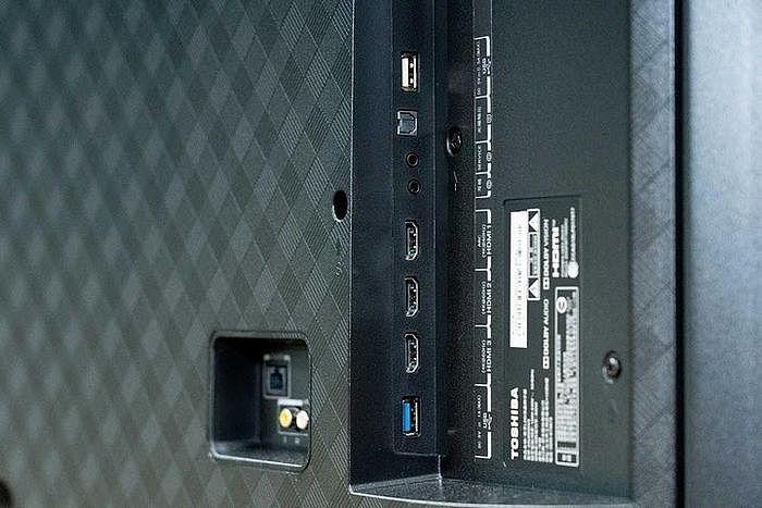 背面有四組 HDMI2.0,並具有一組 ARC 聲音回傳 (HDMI1)