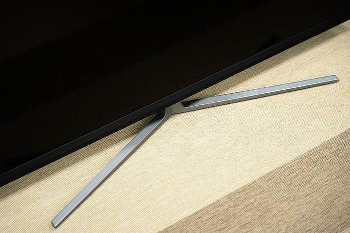 底座使用穩固的開叉腳座