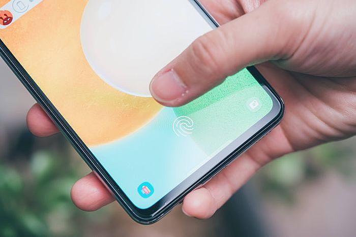 採用光學螢幕指紋辨識,也能同時開啟臉部辨識