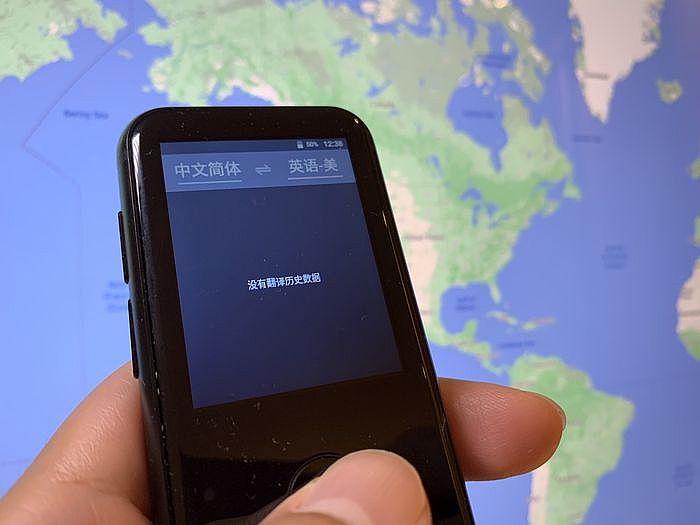 螢幕上方左邊是對方的語言,右邊是自己的語言,下方就是已經翻譯過的歷史紀錄