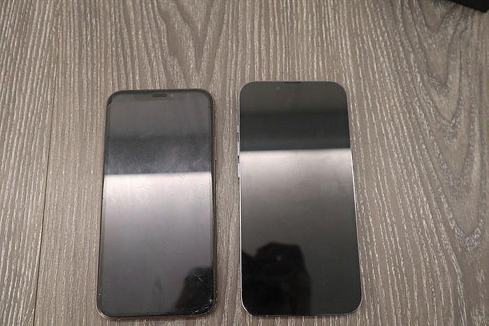 左:iPhone XS;右:iPhone 13 Pro