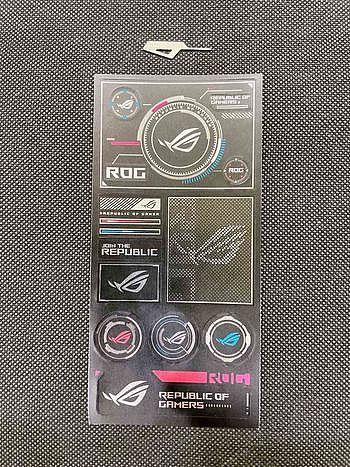 盒內的配件有退卡針及ROG Logo貼紙