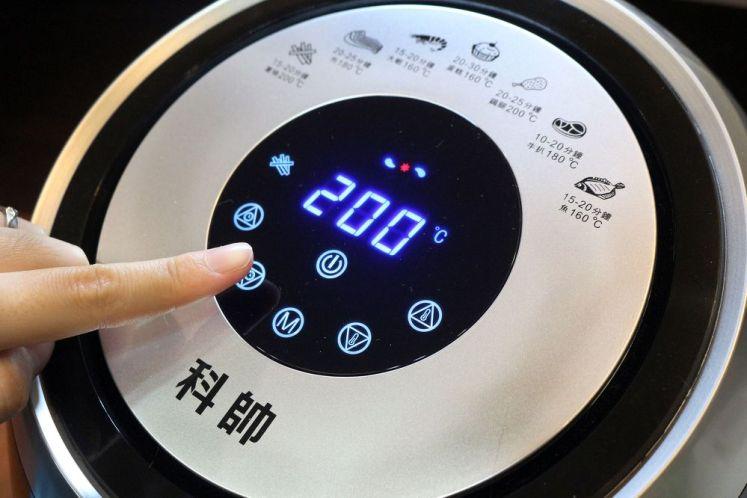 首先把食材放入炸籃,接著將炸籃推入氣炸鍋中,再依據食材所需要烹調的時間和溫度設定,最後按下啟動即可