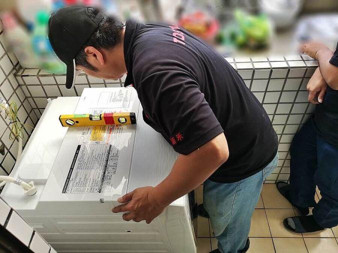 沒兩三下的功夫,師傅就將東芝滾筒洗烘脫安裝完成啦!