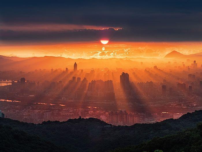 2020 OLYMPUS全國攝影大賽「自然風景組」金獎作品〈城市曦光〉王聰富