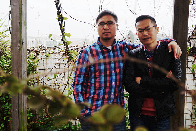 Tan Zhiliang (right) and Chen Dezhou (left) pose at the rooftop garden of their apartment in Guangzhou, Guangdong province, March 16, 2016. Fan Yiying/Sixth Tone