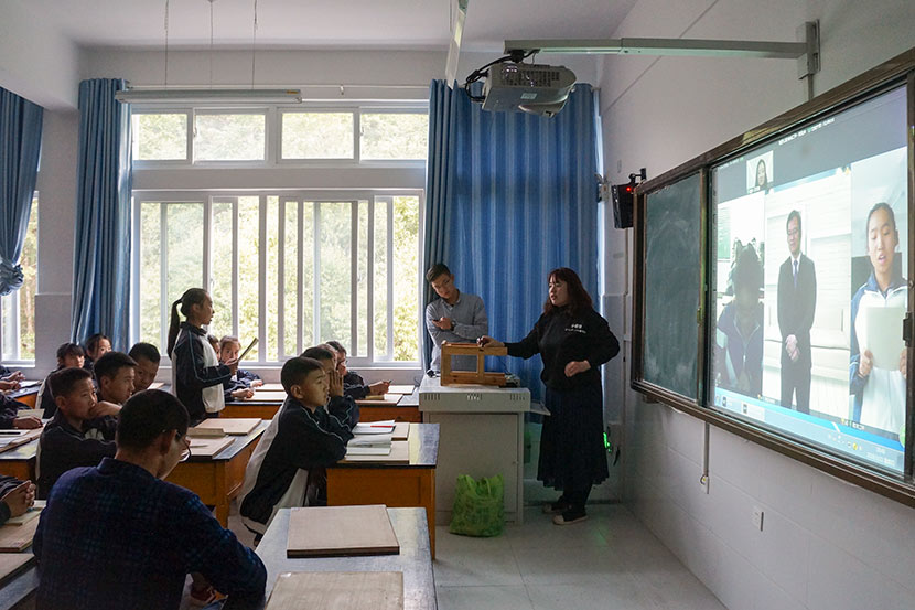 Students attend a career-sharing presentation given by an investment banker at Nanjian No. 2 Middle School in Nanjian Yi Autonomous County, Yunnan province, March 22, 2018. Fan Yiying/Sixth Tone
