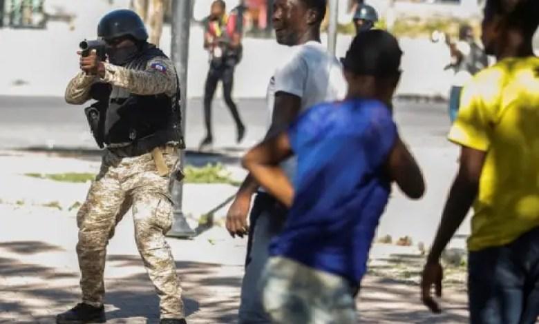 Brutalité policière à l'égard des journalistes, un syndicaliste de la PNH fait le point - journalistes, Manifestation, policiers