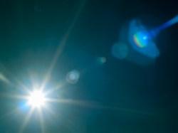 鏡頭被光線照射到耀光所產生的光斑。