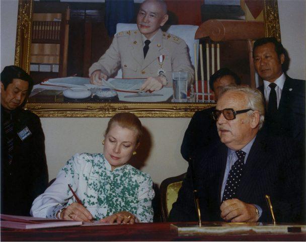 1982年4月摩納哥王國葛勒絲凱莉王妃(左)夫婿雷尼爾三世(右)參觀故宮前簽名留紀念。(照片來源:許捷芳提供)