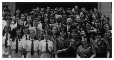 1993年7月曼德拉接受東吳大學校長章孝慈頒贈法學博士學位,並發表演說,闡揚南非非洲民主議會(ANC)政治理念和國家規劃藍圖,與章孝慈及聆聽演講之東吳大學及北一女學生合影。(照片來源:許捷芳提供)