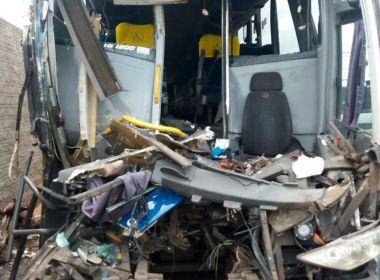 Itaberaba: Motorista morre em colisão de ônibus com carreta na BR-242