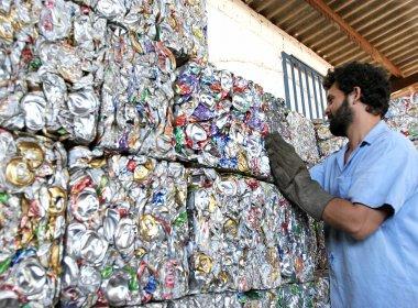 Brasil recicla 98% das latinhas de alumínio de bebidas