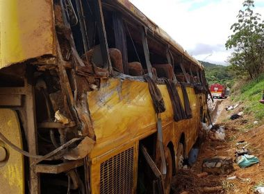 Ônibus que saiu da Bahia com destino a São Paulo tomba em MG; seis pessoas morrem