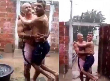 Pai leva filho com deficiência para banho de chuva e emociona internautas; assista
