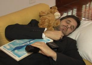 O repórter tira uma soneca em plena embaixada hondurenha
