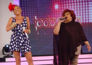 Alcione canta no palco do programa de Adriane Galisteu